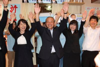 当選を喜ぶ、よりたか氏(左から2人目)=2015年5月24日、埼玉県蕨市