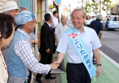 当選が決まり市民と喜び合う頼高市長=2015年5月24日、蕨市