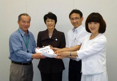 (右から)梅村、塩川、紙の3氏に署名を手渡す伊藤氏(左端)=2015年6月24日、衆院第1議員会館