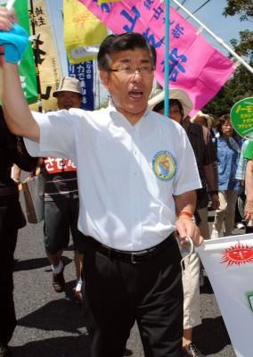 「国民平和大行進」で市民とともに歩く、かとう候補=2015年6月28日、狭山市