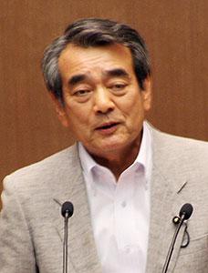 質問する秋山県議=2015年6月29日、埼玉県議会