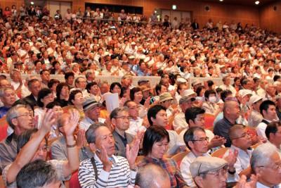 柴田知事誕生へと熱気に包まれる会場=2015年7月6日、さいたま市