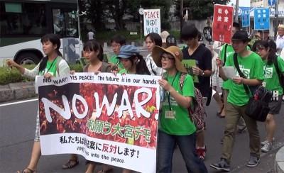 「戦争法案反対」「安倍やめろ」とコールする高校生と学生らのパレード=2015年7月19日、さいたま市