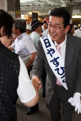 有権者と握手する柴田やすひこ候補