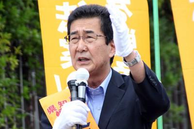 第一声をあげる柴田候補=2015年7月23日、さいたま市