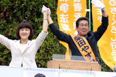 声援に応える柴田候補(右)と梅村衆院議員=2015年7月23日、さいたま市