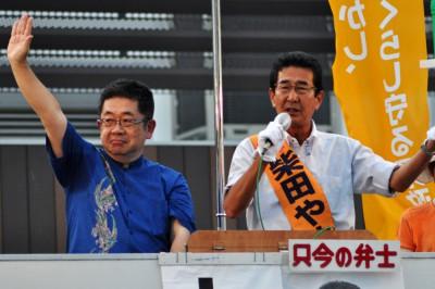 訴える柴田やすひこ県知事候補(右)と小池晃副委員長=2015年8月1日、さいたま市