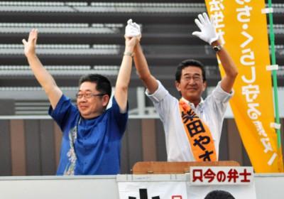 声援をうける柴田知事候補と小池副委員長=2015年8月1日、さいたま市