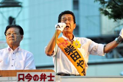 最終盤の知事選で訴える、柴田やすひこ候補(右)と市田忠義副委員長=2015年8月6日、川口市