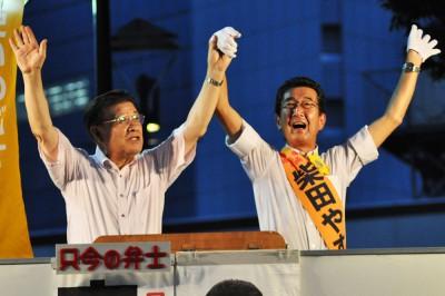 声援をうける柴田やすひこ候補(右)と市田忠義副委員長=2015年8月6日、川口市
