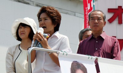 「戦争する国にさせない」と訴える(左から)梅村、おくだ、伊藤の各氏=2015年8月15日、さいたま市