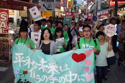 「平和を守れ」とデモする若者たち=2015年8月27日、川越市