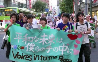戦争法案強行採決するなとデモ行進する学生とママたち=2015年9月12日、さいたま市