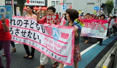 「暴走政治をストップさせよう」とパレードする女性たち=2015年8月31日、さいたま市