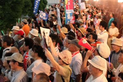 「戦争法案は廃案に」と声をあげる聴衆=2015年9月4日、さいたま市