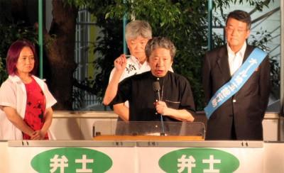 1万5000人の聴衆に「戦争法案を必ず廃案に追い込もう」と訴える(左から)浜、石河、小森の各氏ら=2015年9月4日夜、さいたま市のJR大宮駅前