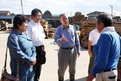 住民から被災状況を聞く(左から)金子県議、山田市議、伊藤候補=2015年9月11日、越谷市