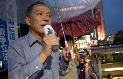 強行採決に抗議の声をあげる伊藤氏=2015年9月17日夕、さいたま市