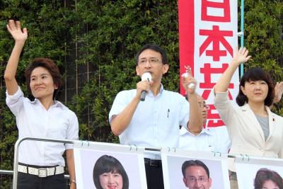 安倍内閣に代わる政権をと訴える、(右から)梅村、塩川両衆院議員と、おくだ参院比例候補=2015年9月19日、さいたま市