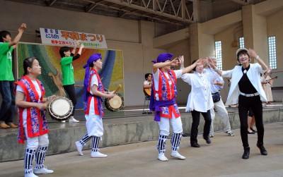 カチャーシーを踊る柳下礼子県議(右端)ら=2015年9月20日、所沢市