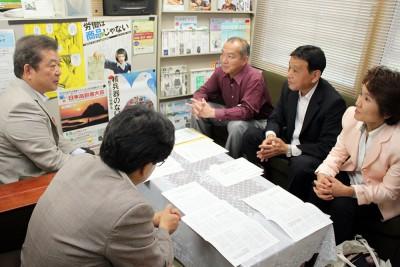 伊藤議長(左端)、宍戸事務局長(その隣)と懇談する、(右から)おくだ、荻原、伊藤の各氏=2015年9月25日、さいたま市
