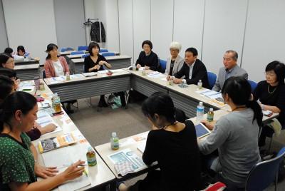 「ママの会」のメンバーと懇談する(右2人目から)伊藤、荻原、前原の各氏ら=2015年10月6日、さいたま市