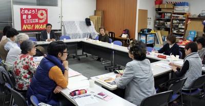 国民連合政府の実現へ意見を出し合う参加者=2015年10月20日、さいたま市