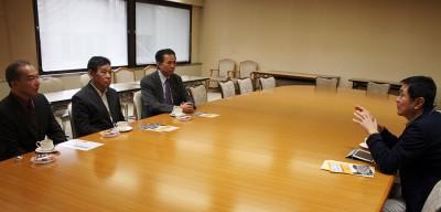 本田氏(右端)と懇談する(左から)伊藤、荻原、村岡の各氏=2015年10月29日、さいたま市