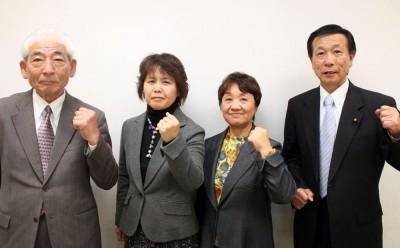 市議選必勝へ力を込める(左から)佐藤、雪田、小林、遠藤の4候補=2015年12月20日、吉川市