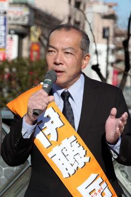 「アベ政治を倒そう」と訴える伊藤候補=2016年1月1日、川口市
