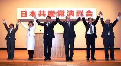 声援を受ける(右から)佐藤、遠藤、伊藤、塩川、雪田、小林の各氏=2016年1月10日、吉川市