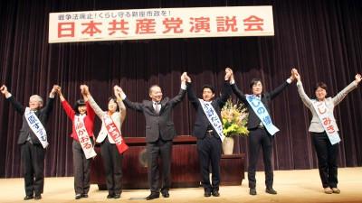 声援に応える(左から)笠原、工藤、石島、伊藤、小野、あしの、つじの各氏=2016年1月17日、新座市