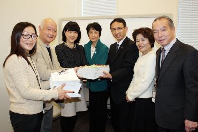 共産党国会議員団に託された2000万署名を囲む(右から)伊藤、おくだ、塩川、紙、梅村の各氏ら=2016年2月5日、参議院会館
