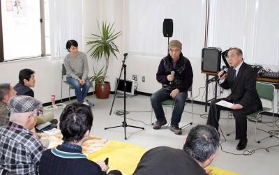 貧困問題で対談する伊藤候補(右)=2016年2月14日、さいたま市
