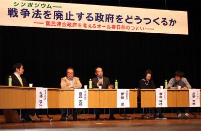 5野党合意も力に戦争法廃止へ全力をあげると語った伊藤氏(右から3人目)。その左へ、日森、松崎両氏。右2人はVIPとママの会の代表=2月27日、春日部市