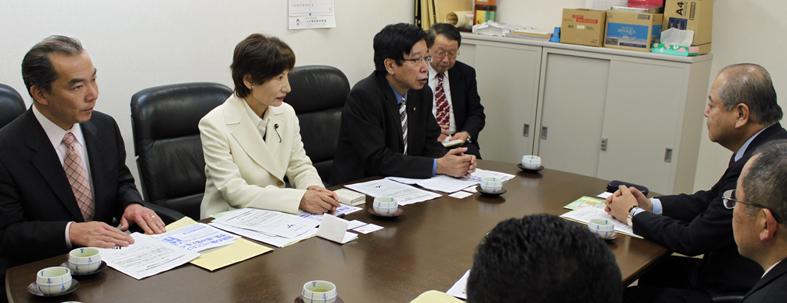 JA県中央会で懇談する伊藤候補、柳下県議、大門参院議員=2010年2月24日、さいたま市