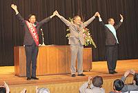 日本共産党演説会で声援にこたえる大門、笠井、伊藤3氏(東松山市)