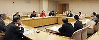 上尾市で農業関係者と懇談する伊藤候補と党市議団ら