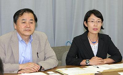 記者会見する小松崎県委員長(左)と片山候補(右)=7月31日、さいたま市