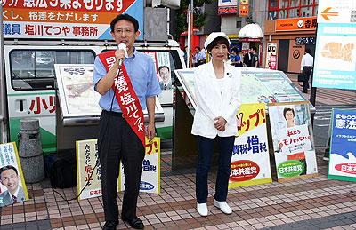 共産党の前進を訴える塩川議員(左)と柳下県議(右)=13日、所沢市