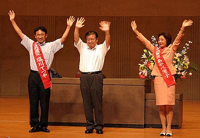 声援に応える(左から)塩川、市田、あやべの3氏=19日、所沢