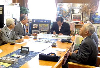 署名する上田知事=9月7日、埼玉県庁