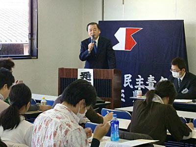 民青同盟県代表者会議であいさつする小松崎県委員長=2010年1月24日、上尾市
