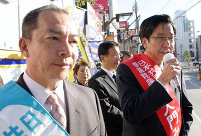 新春の挨拶をする大門(右)、伊藤(左)両氏=2010年1月1日、さいたま市大宮駅