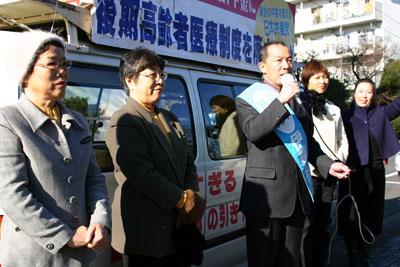 新成人に訴える伊藤岳候補(中央)と党上尾市議団=2010年1月10日、上尾市