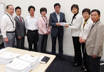 署名を受け取る大門みきし参院議員(中央)